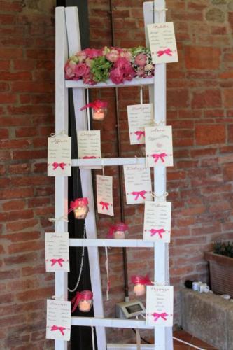 Tableau de mariage realizzato su scaletta bianca