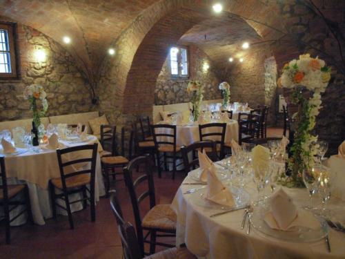 Tavoli allestiti per gli ospiti degli sposi